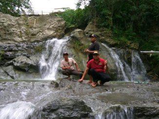 Kades Sambeng dan warga meninjau air terjun Sianida