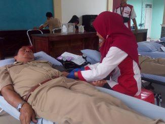 Salah Satu pendonor sedang di cek kesehatannya oleh petugas PMI