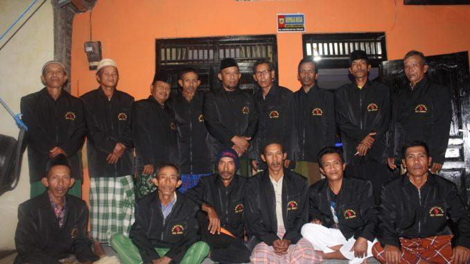 Photo kepala Desa Sambeng, Ketua RT dan Ketua RW yang tergabung dalam Paguyuban Desa Sambeng. ( doc; Te Tuko )